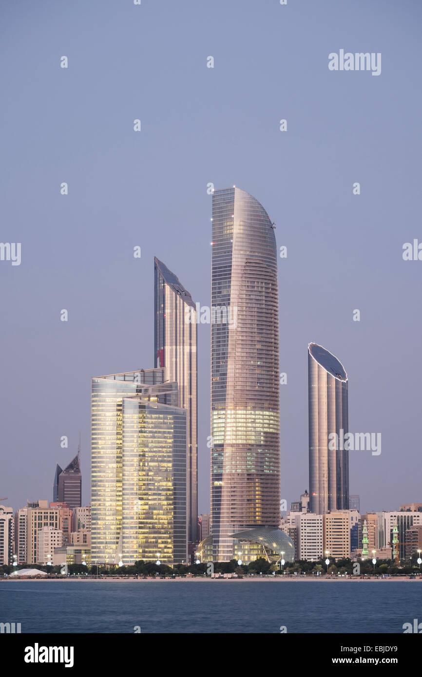 Skyline von modernen Gebäuden entlang der Uferpromenade Corniche in Abu Dhabi Vereinigte Arabische Emirate Stockbild