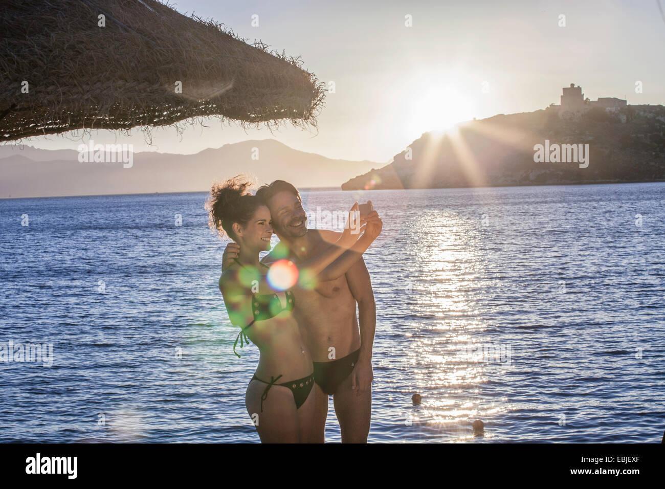 Paar nehmen Selfie im Urlaub Stockbild