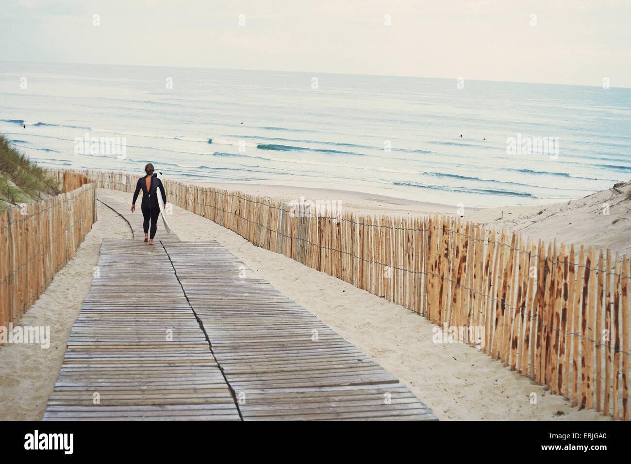 Surfer mit Surfbrett zu Fuß zum Strand, Lacanau, Frankreich Stockbild