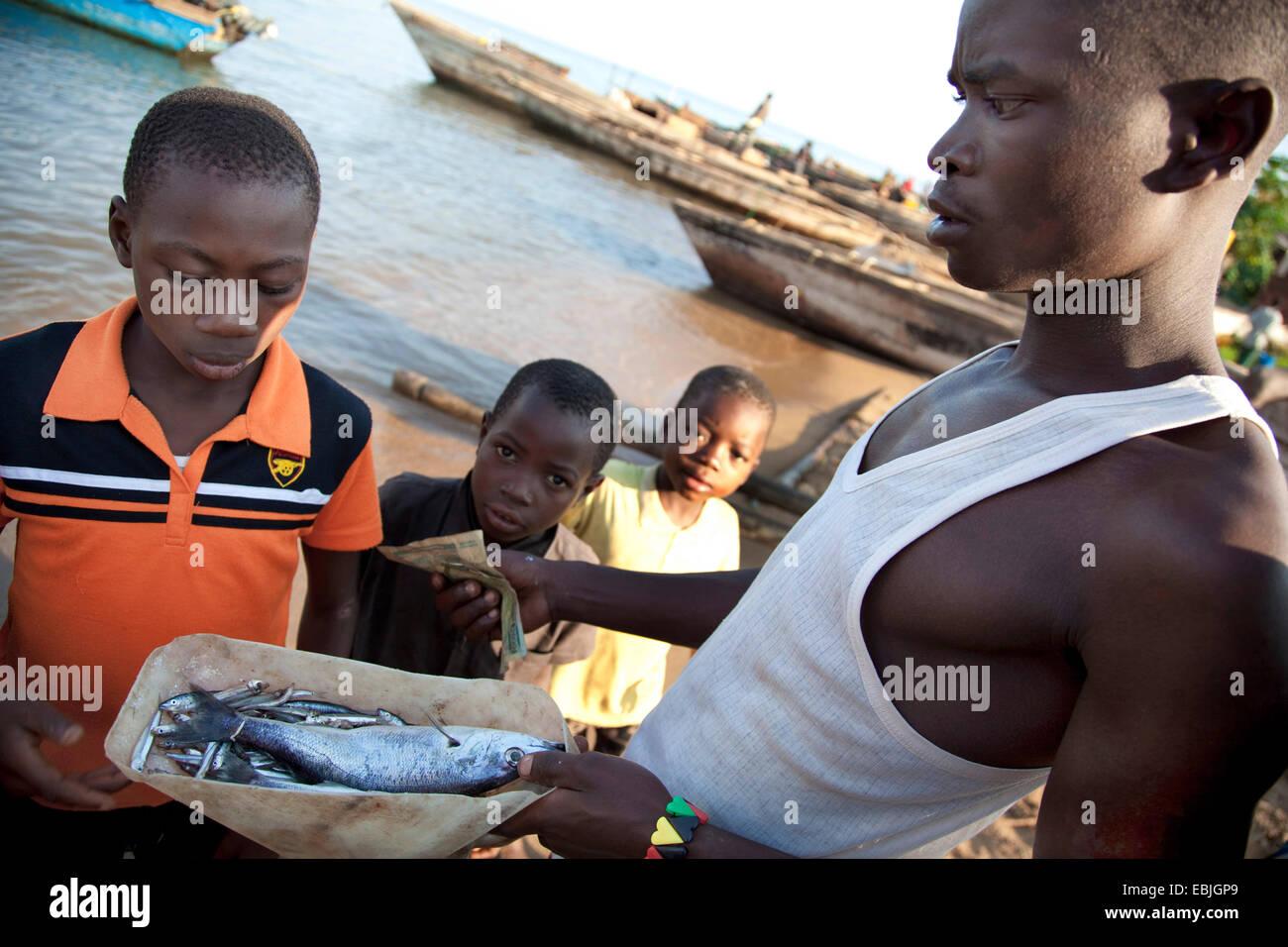 ein Händler verkaufen frischen Fisch, Burundi, Mvugo, Nyanza Lac Stockbild