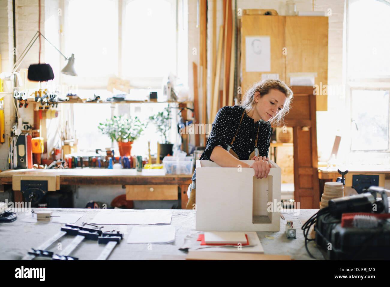 Junge Handwerkerin Komponente in Pfeifenorgel Werkstatt überprüfen Stockbild