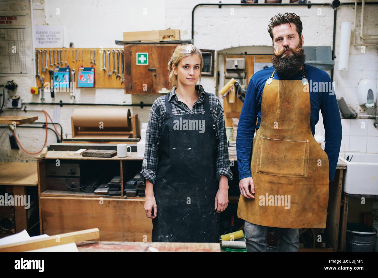 Porträt der Handwerker und Frau in der Orgelwerkstatt Stockbild