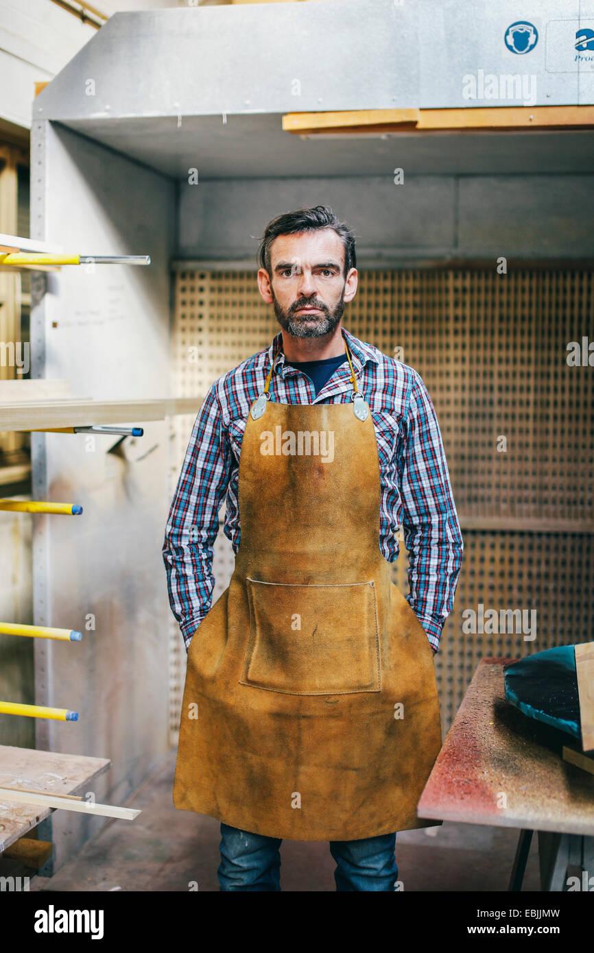Porträt von Reifen Handwerker in Orgelwerkstatt Stockbild