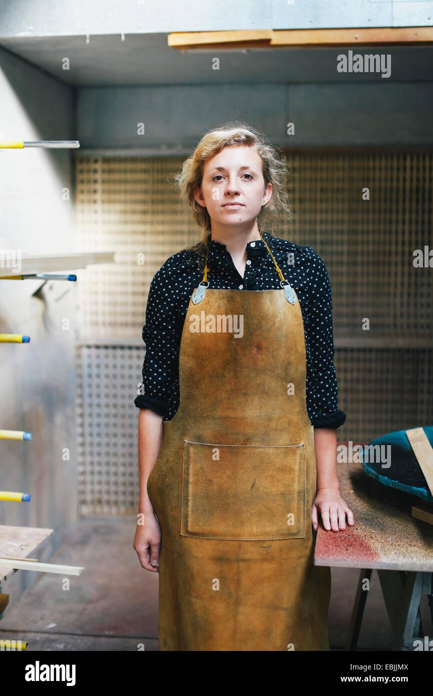 Porträt des jungen Handwerkerin in Orgelwerkstatt Stockbild