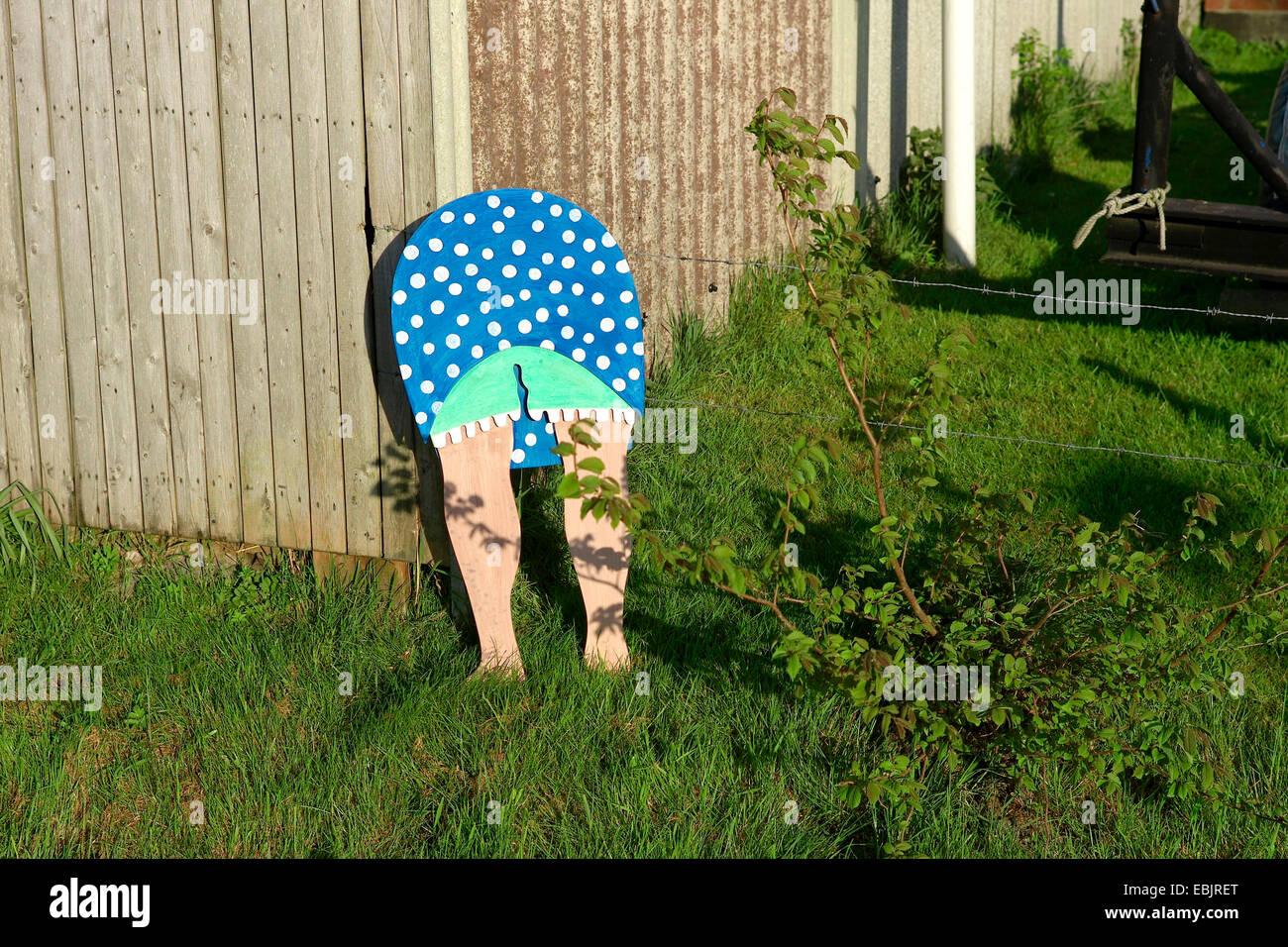 Frau Bücken Holzfigur In Garten Deutschland Stockfoto Bild