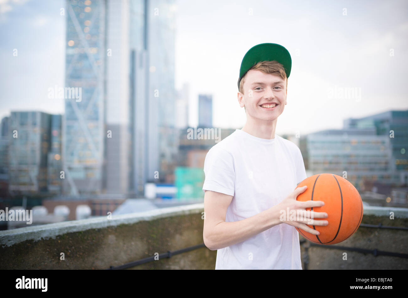 Teenager halten basketball Stockbild