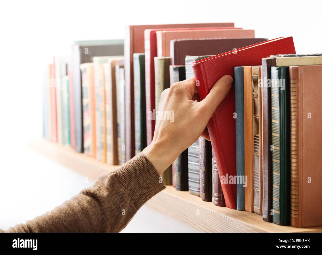 Hand Nehmen Buch Aus Dem Regal Stockfoto Bild 76022714