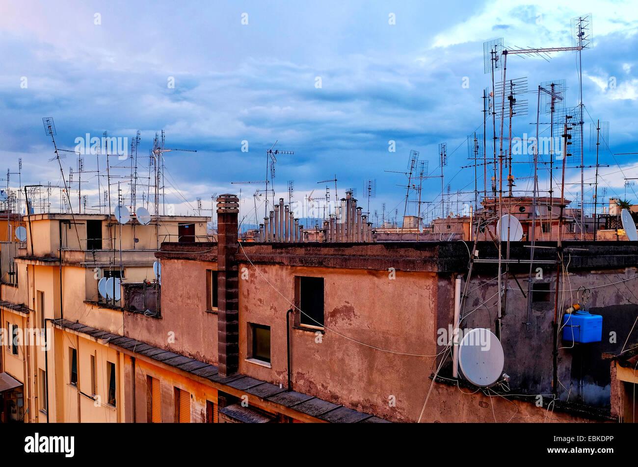 Dächer mit Satellitenschüsseln und Antennen, Rom Italien Stockbild