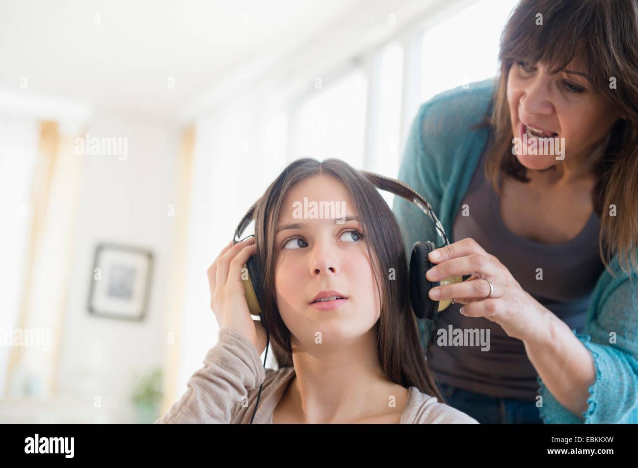 Mutter Tochter im Teenageralter (14-15) anschreien Stockbild