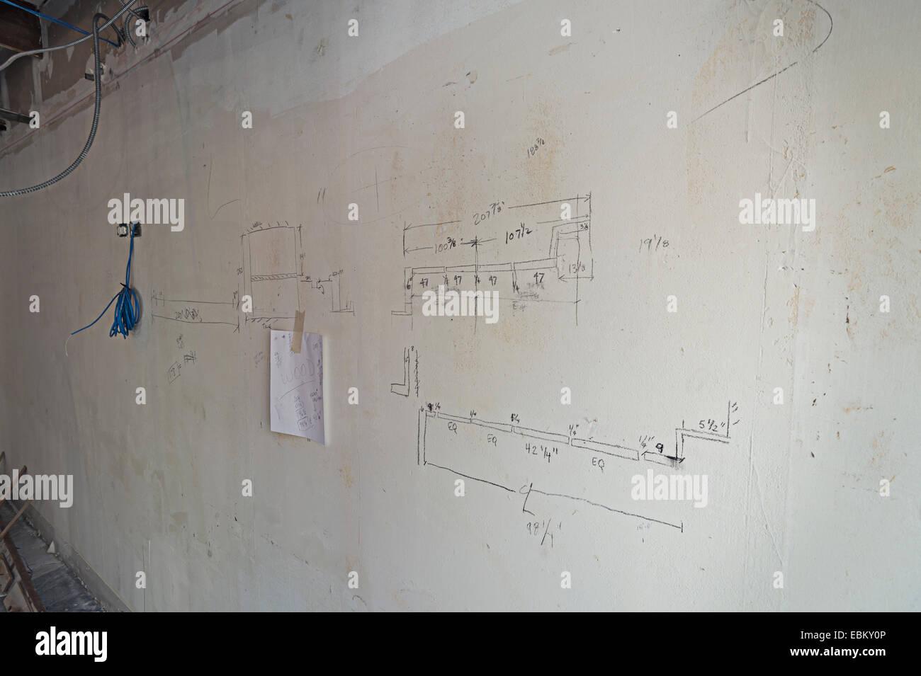Des Auftragnehmers kritzeln Zeichnungen an Wand Stockbild