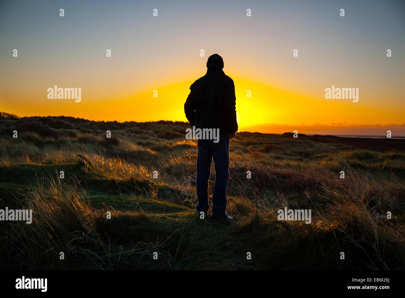 Southport, Merseyside, UK. 2. Dezember 2014. Silhouette Menschen. UK Wetter wie in Ainsdale Sand Dunes National Stockfoto