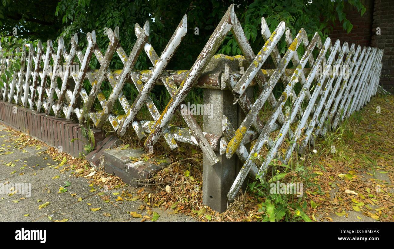 Alter Rustikaler Zaun Bedeckt Mit Flechten Stockfotos Alter