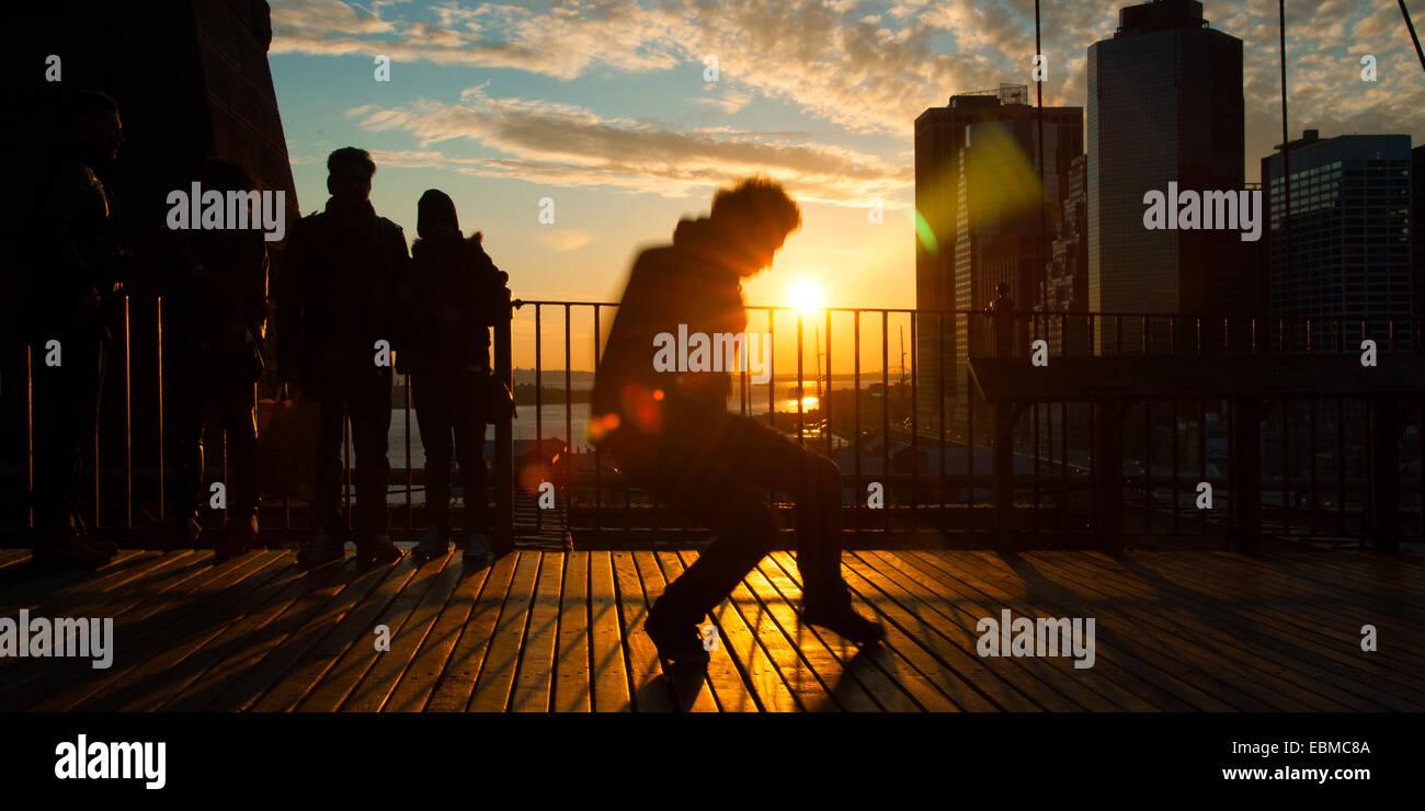 Man tanzt auf der Terrasse bei Sonnenuntergang, Midtown Manhattan, New York City, New York State, USA Stockfoto