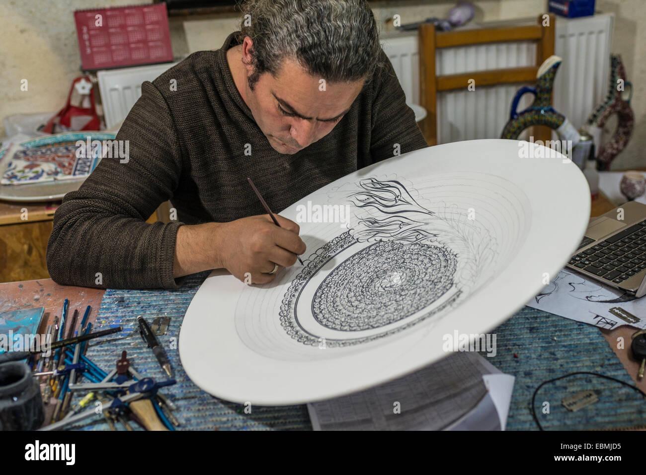 Handwerker, die Malerei eine große Keramikschale, Ömürlü Keramik, Avanos, Kappadokien, Nevsehir Stockbild