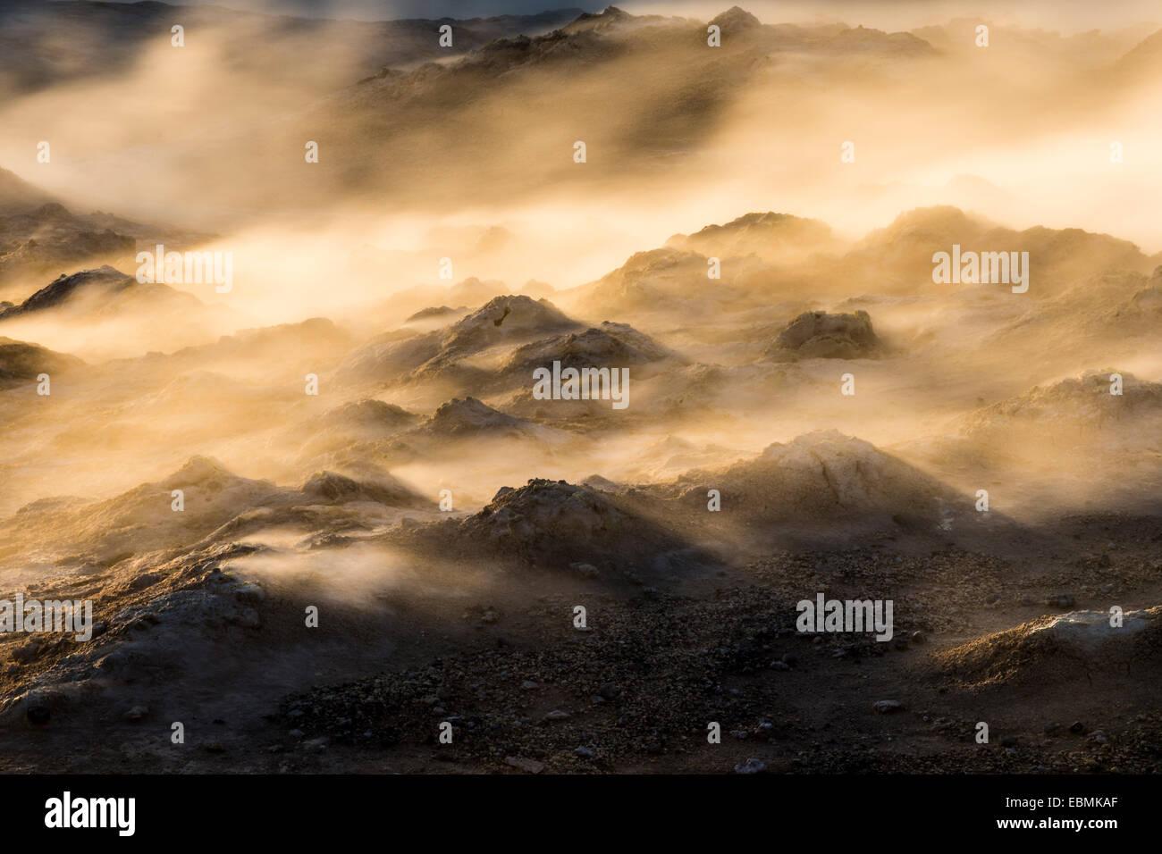 Dampf beleuchtet in der untergehenden Sonne, auf dem Gipfel des Berges Námafjall Hochtemperatur-geothermische Stockbild