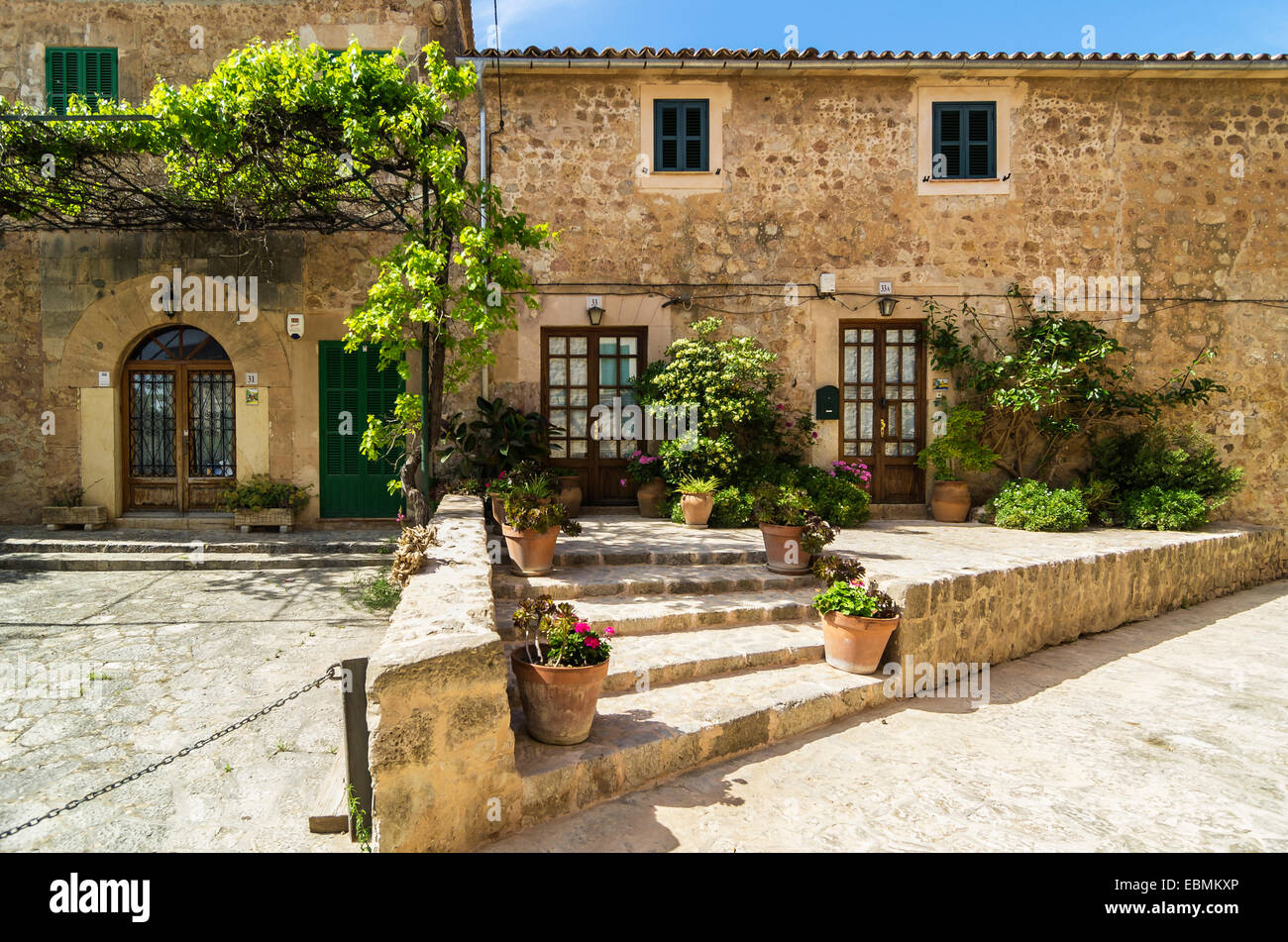 Blumengeschmückten Häuser Fronten, Valldemossa, Balearische Inseln, Spanien Stockbild