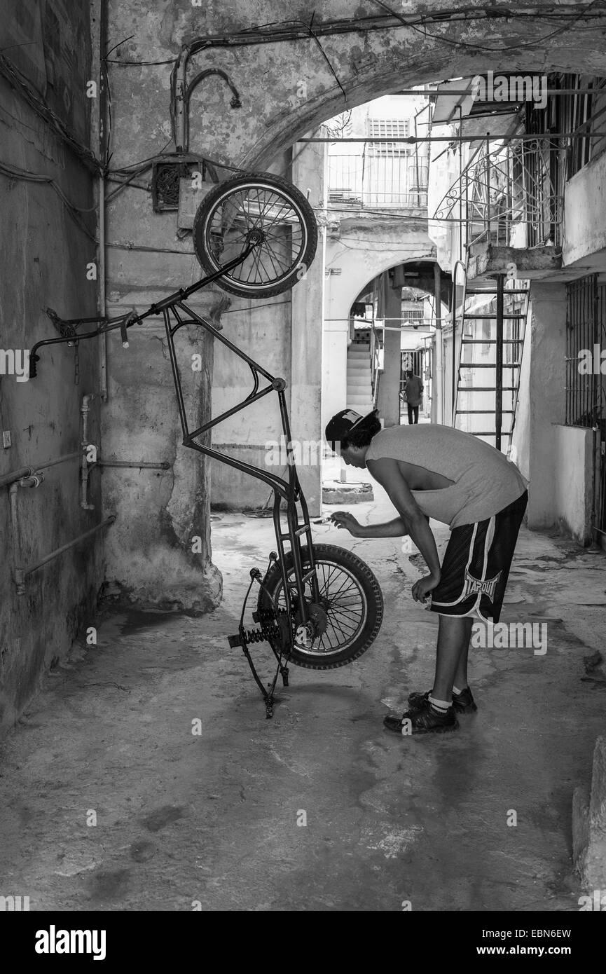 Kubanische Mann malen seine Bicitaxi Rikscha Fahrradrahmen ...