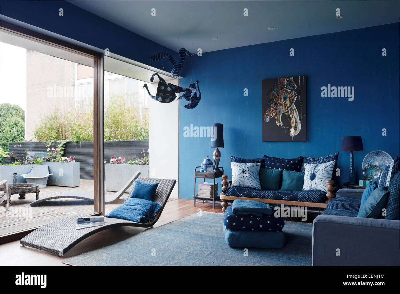 Blauen Wohnzimmer Mit Französischen Fenstern. Das Sofa Auf Der Rechten  Seite Ist Von Ikea, Die Pool Liege Aus Fliegen In Frankreich Und Das  Artwork Von