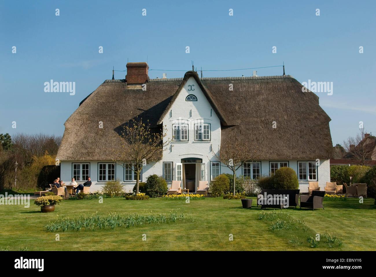 typisches Haus mit Strohdach und Garten auf Sylt