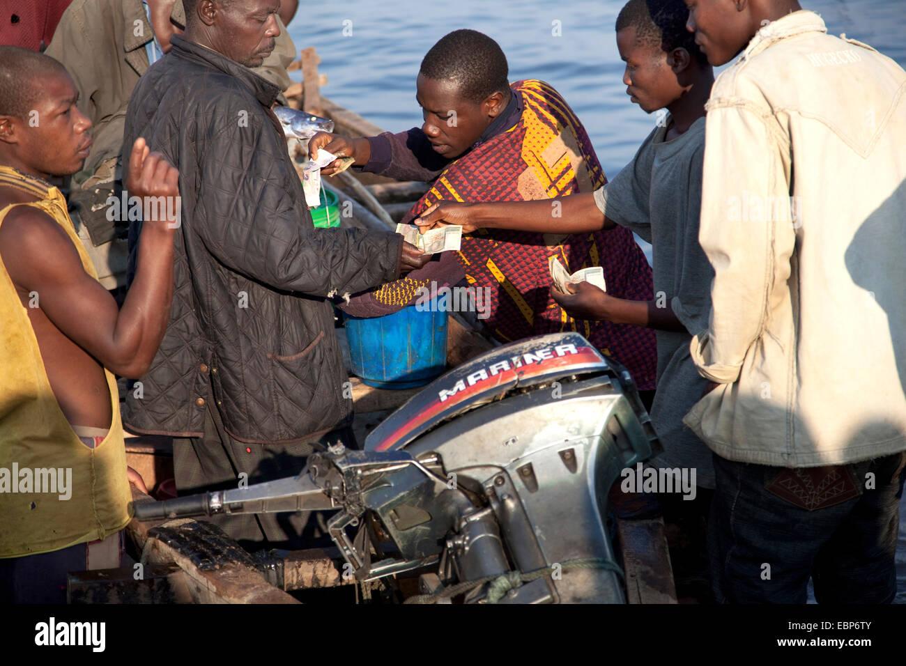 Fischer am Ufer Sees vor kurzem verkauft gefangenem Fisch aus dem Boot, Burundi, Mvugo, Nyanza Lac Stockbild