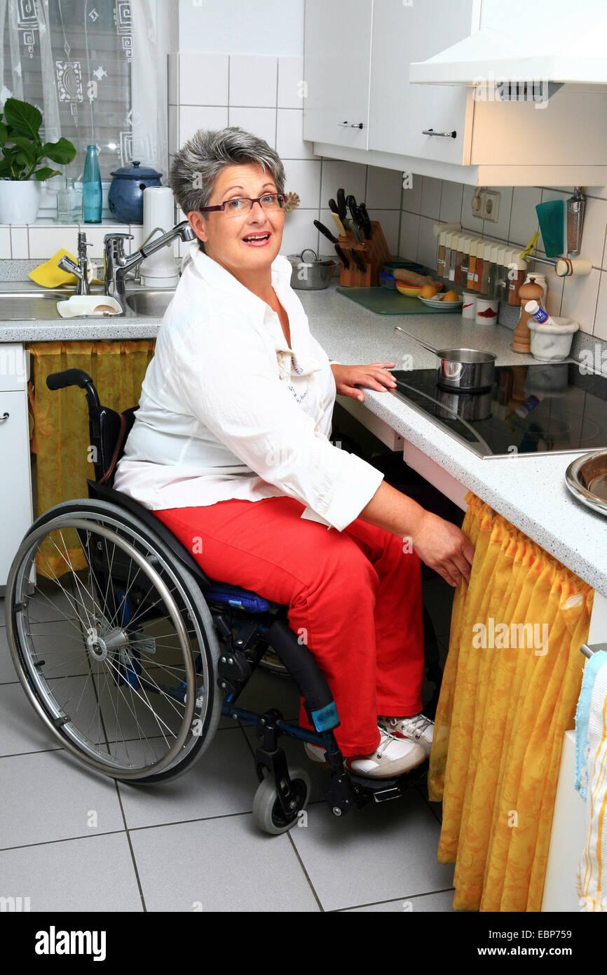 Symbolbild für die Isolierung von Personen mit eingeschränkter Mobilität: Rollstuhl hinter einer Stockbild