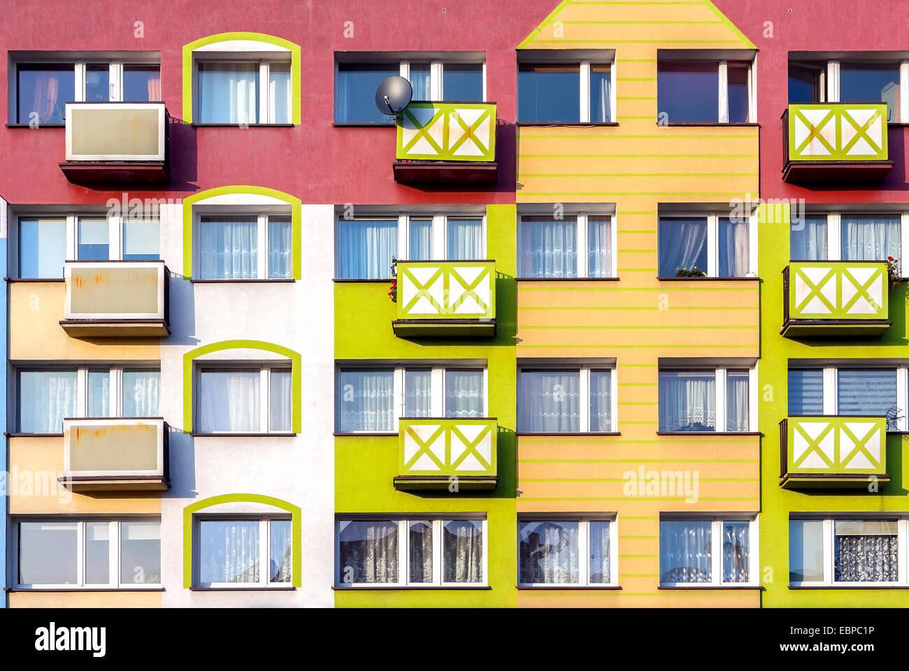 Fenster und bunte Fassade des Wohnhauses. Stockbild