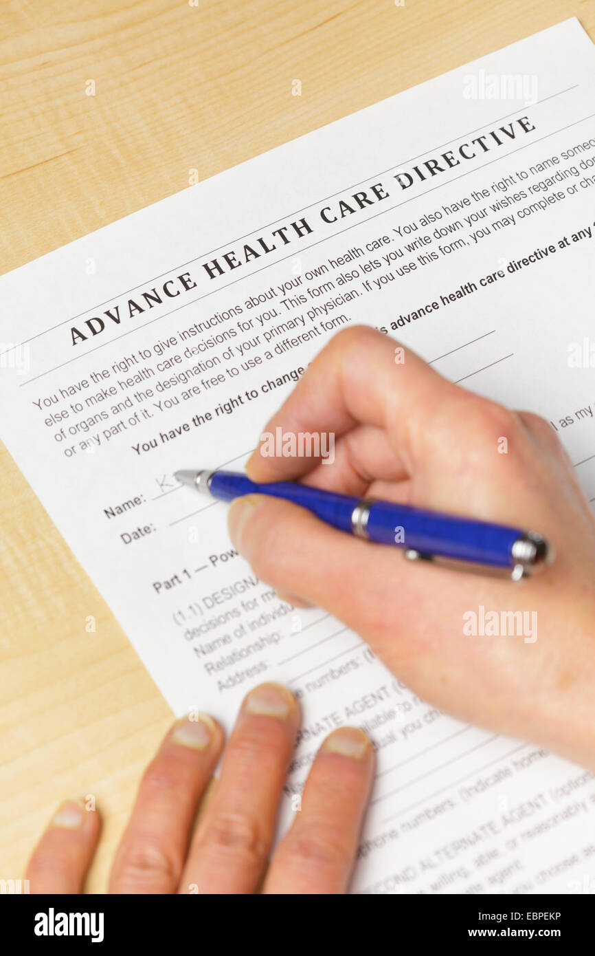 Unterzeichnung einer Patientenverfügung Health Care (vertikal) Stockbild