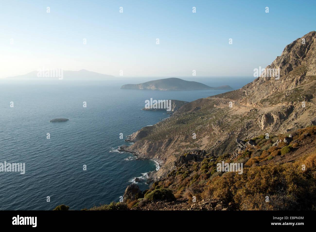 Der Blick von der hohen Küste Tilos in Richtung der Insel Nisyros, Dodekanes, griechische Inseln, Griechenland, Stockbild