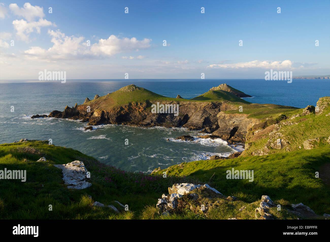 Blick auf Atlantik Surfen am Bürzel Punkt, Pentire Landzunge, North Cornwall, England, Vereinigtes Königreich, Stockbild