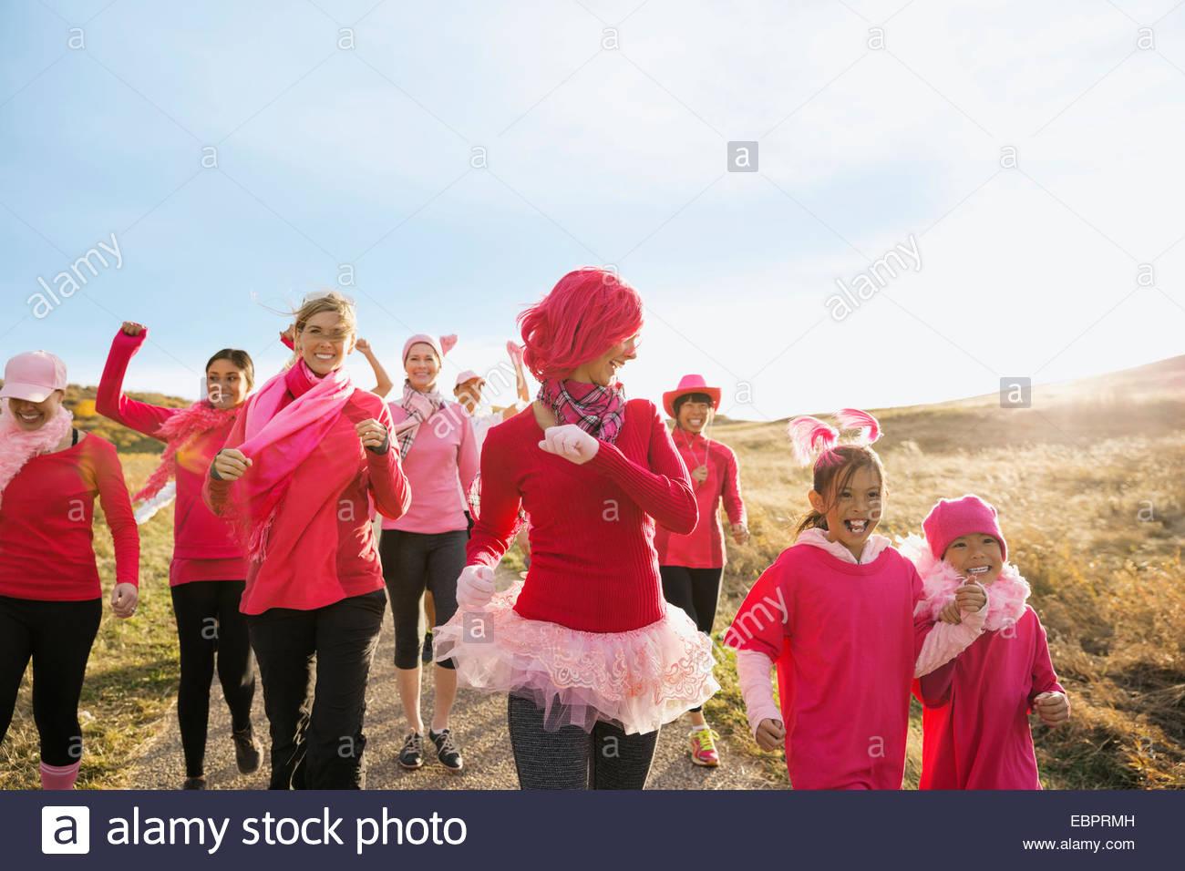 Gruppe in rosa Wandern in Charity-Rennen Stockbild