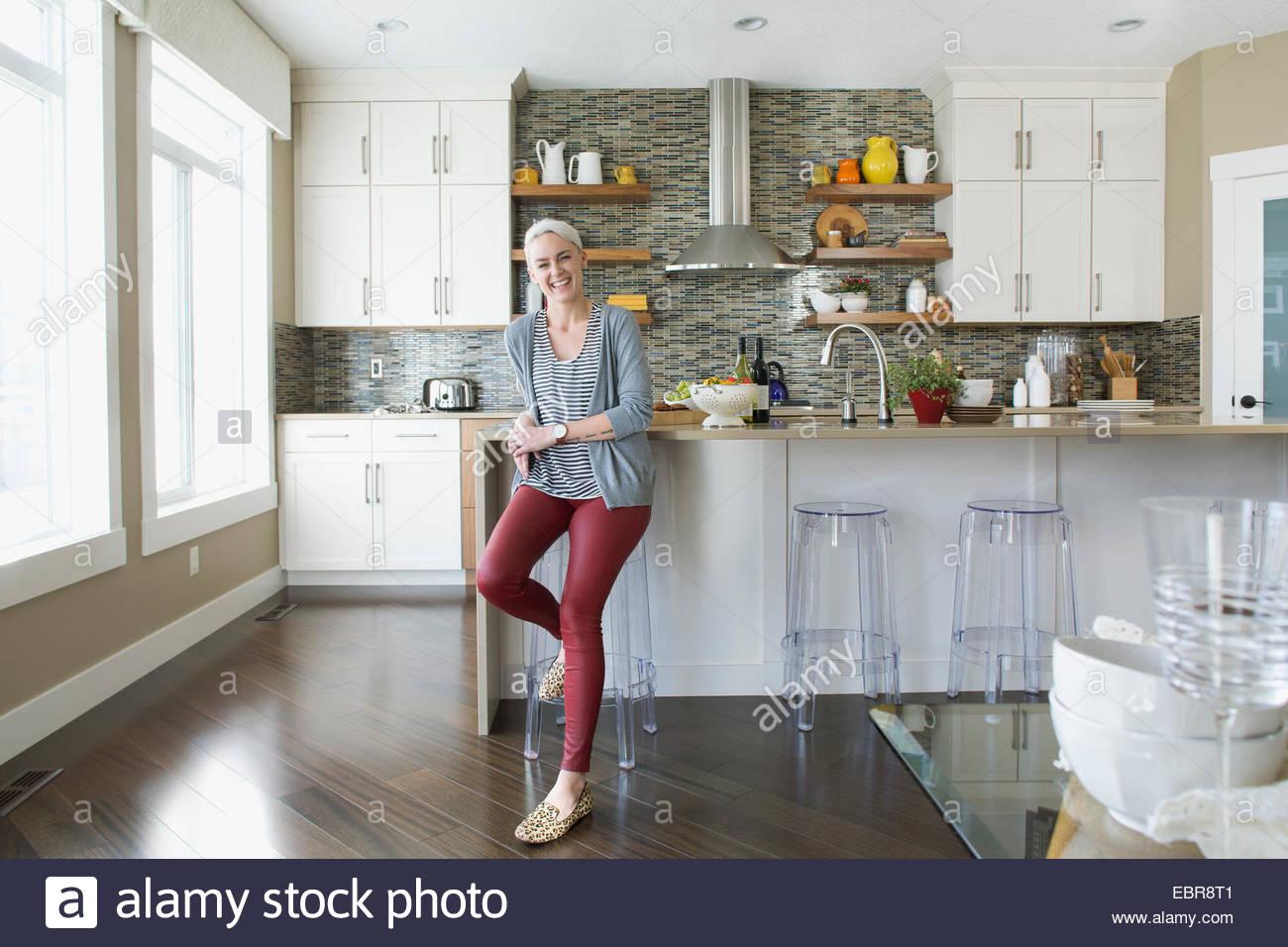 Porträt der lächelnde Frau in Küche Stockbild