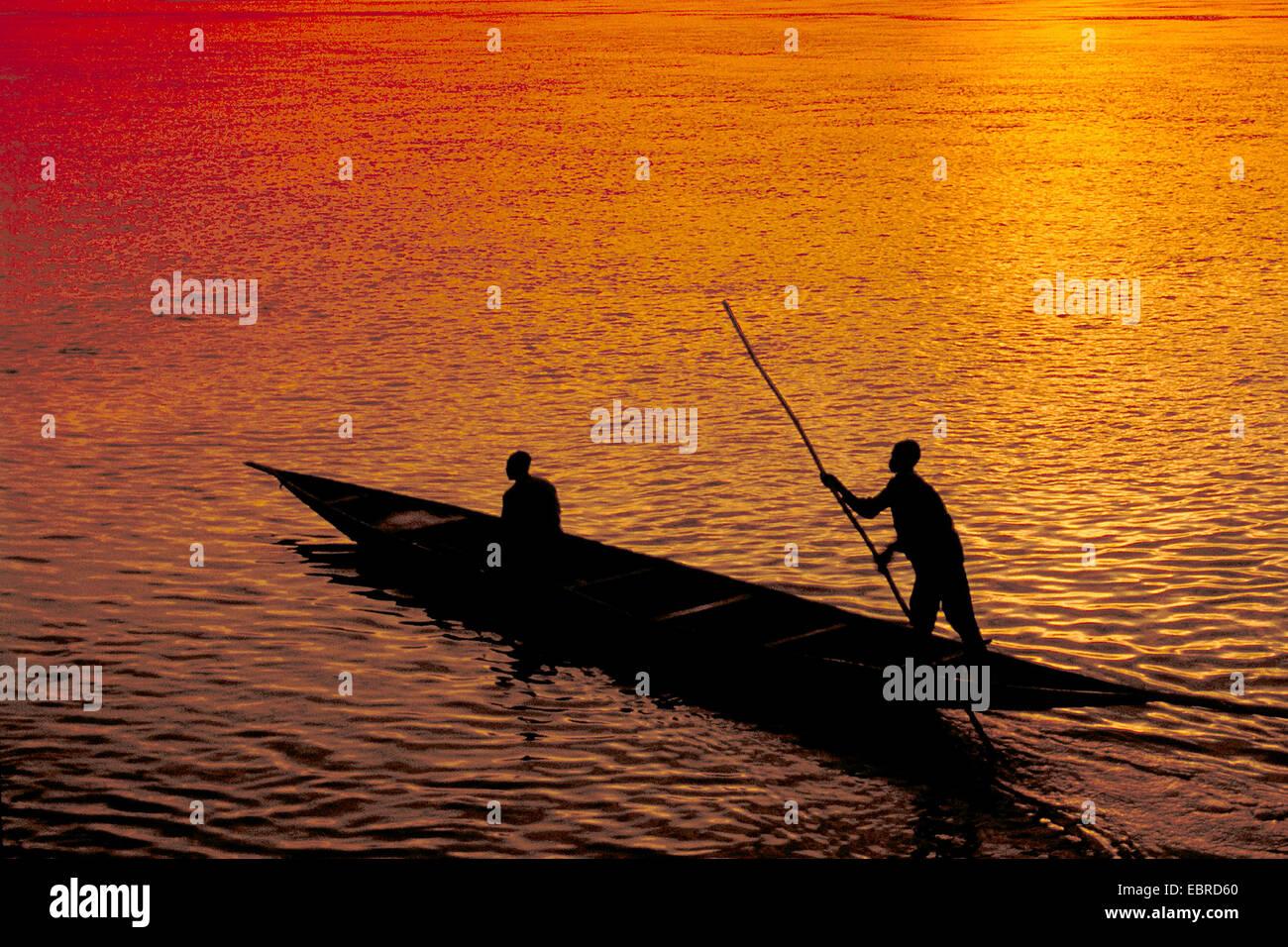 Boot Angeln bei Sonnenuntergang, Mali Stockbild