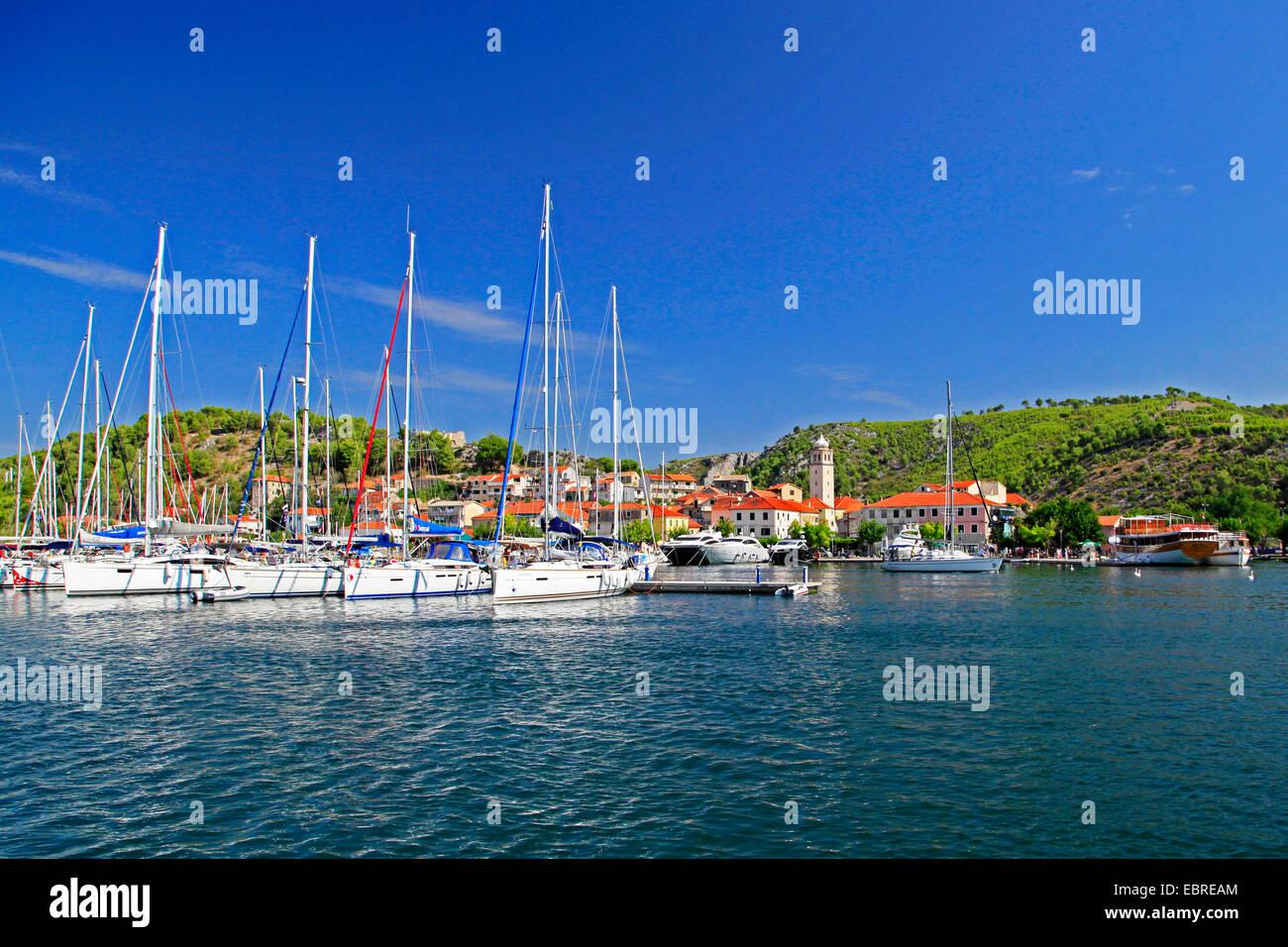 Segelboote und Yachten im Hafen von Skradin, Kroatien, Nationalparks Krka Skradin Stockfoto