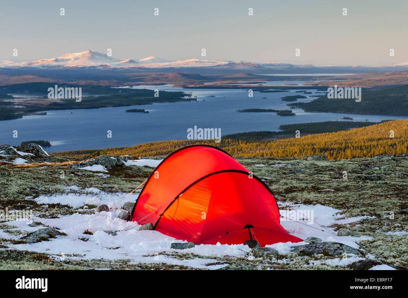 Zelt auf einem Berg mit Panoramablick auf den See Isteren, Norwegen, Hedmark Fylke, Engerdalsfjellet Stockbild