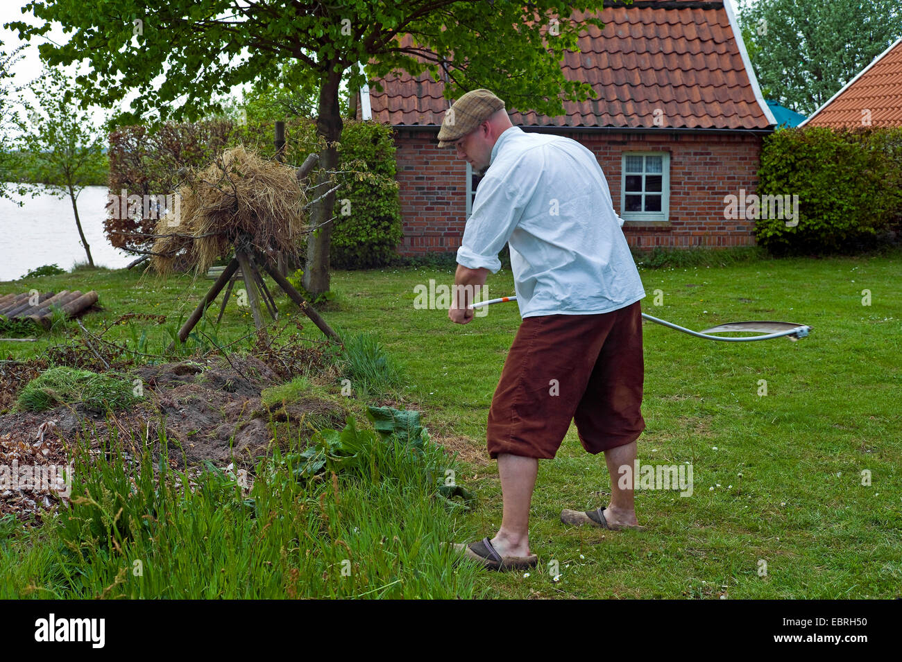 1 man mowing stockfotos 1 man mowing bilder alamy. Black Bedroom Furniture Sets. Home Design Ideas
