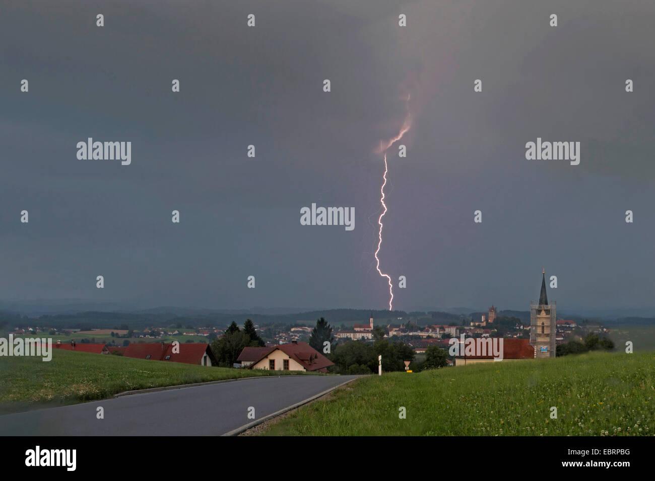 Blitz in einem Waldgebiet bei Tageslicht, Deutschland, Bayern, Alpenvorland Stockbild