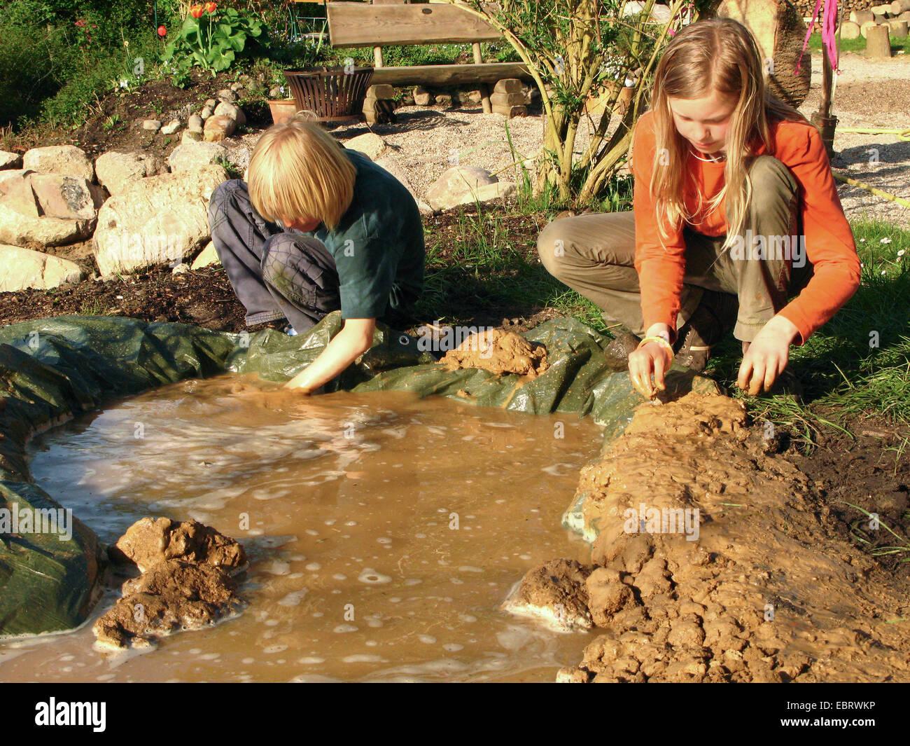 Berühmt Teichbau mit Lehm und Kunststoff-Folie, Kinder bauen einen kleinen &DT_36