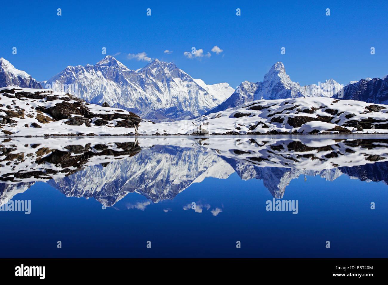 Nuptse, Mount Everest und Ama Dablam Spiegelung im See Kongde, Nepal, Khumbu Himal Stockbild
