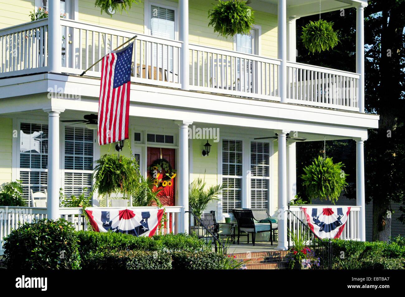Eine Amerikanische Flagge Und Ammern Hangen Von Einer Veranda Ein
