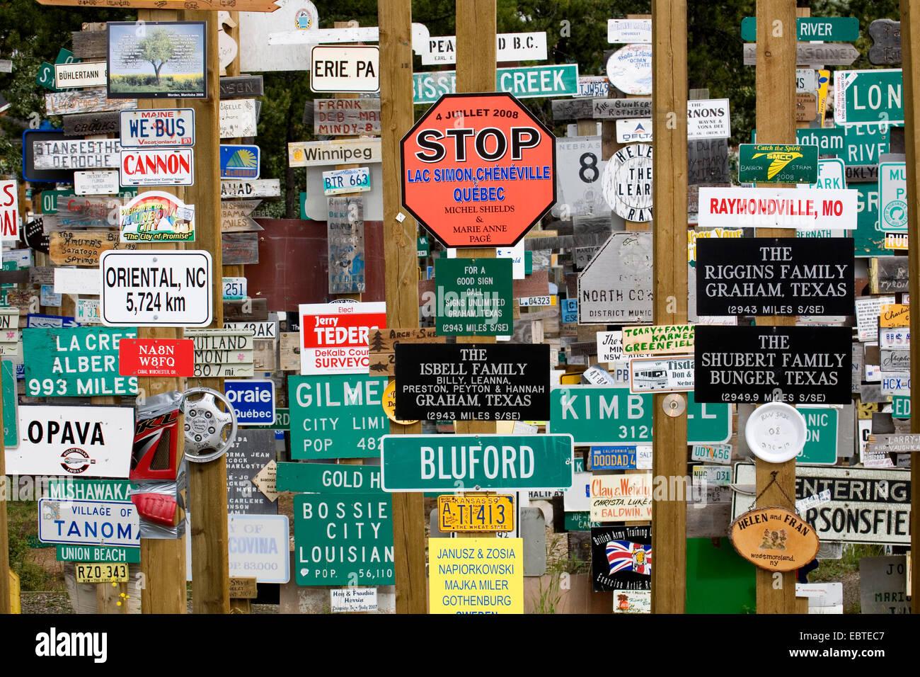 Wald von Verkehrszeichen am Alaska Highway von Reisenden, Kanada, Yukon, Watson installiert Stockbild