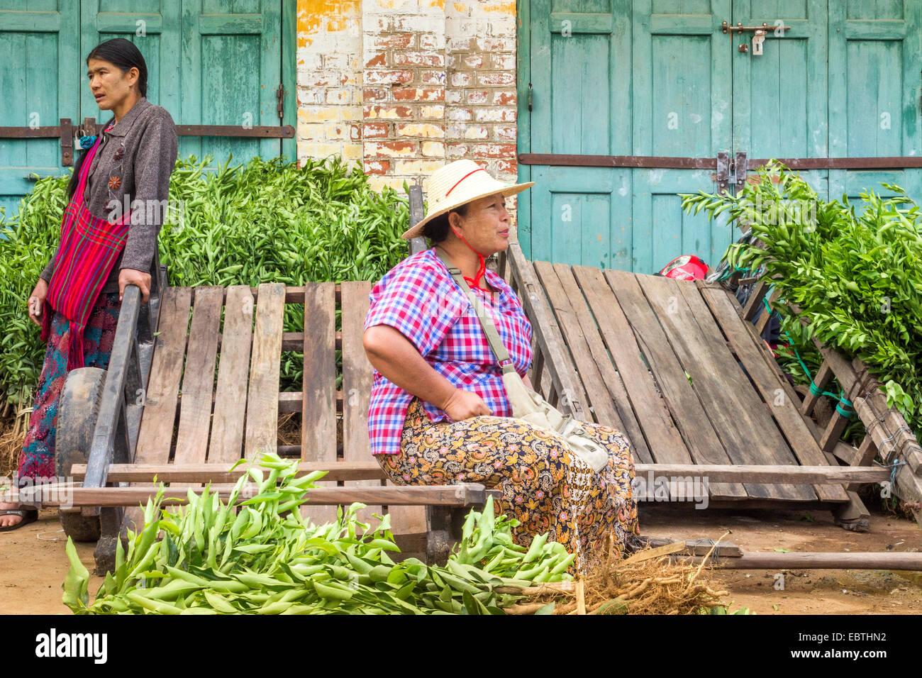 frauen tragen traditionelle burmesische kleidung verkaufen gem se auf einem markt in kalaw. Black Bedroom Furniture Sets. Home Design Ideas