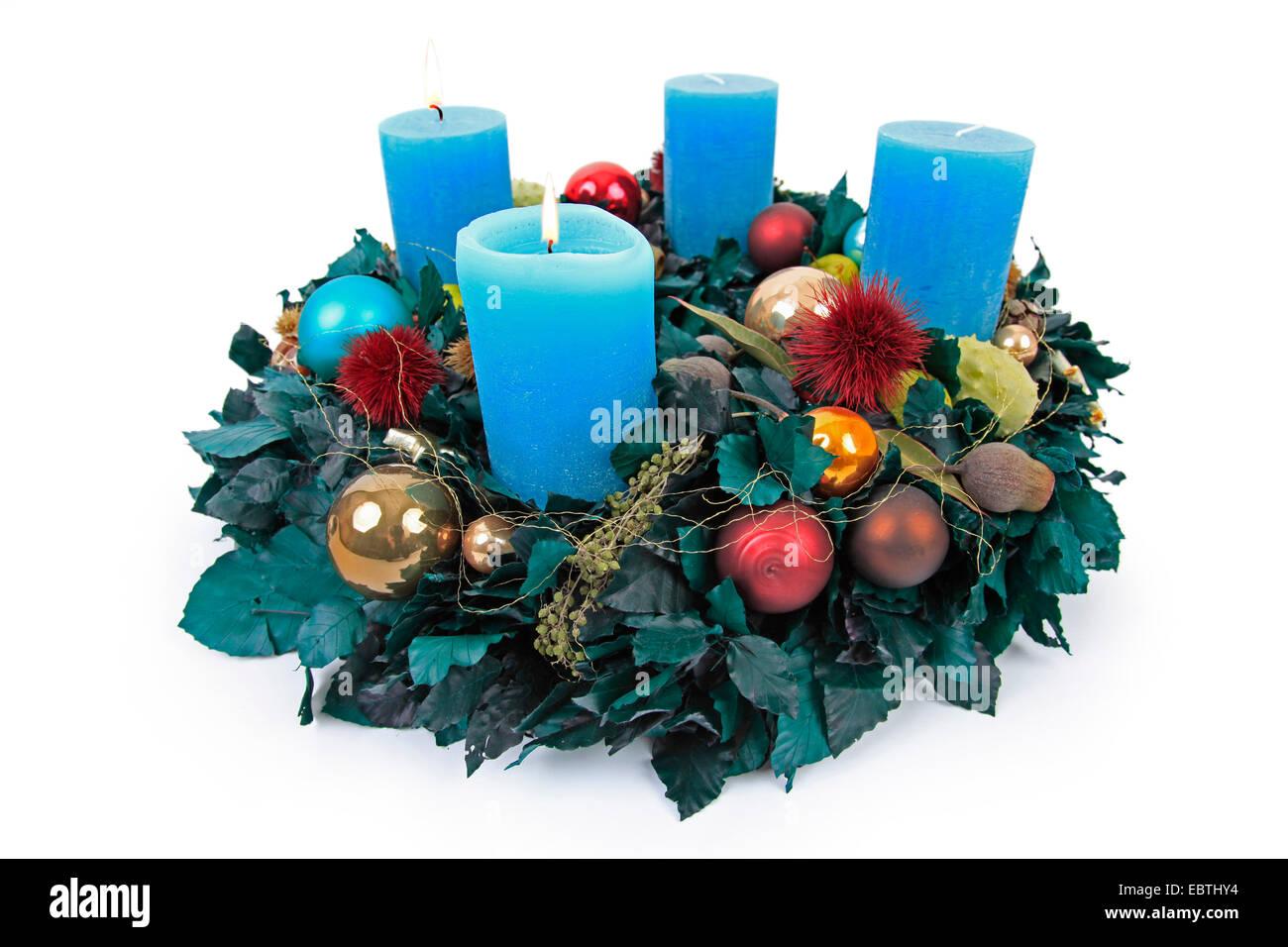 bunten adventskranz mit blauen kerzen stockfoto bild. Black Bedroom Furniture Sets. Home Design Ideas