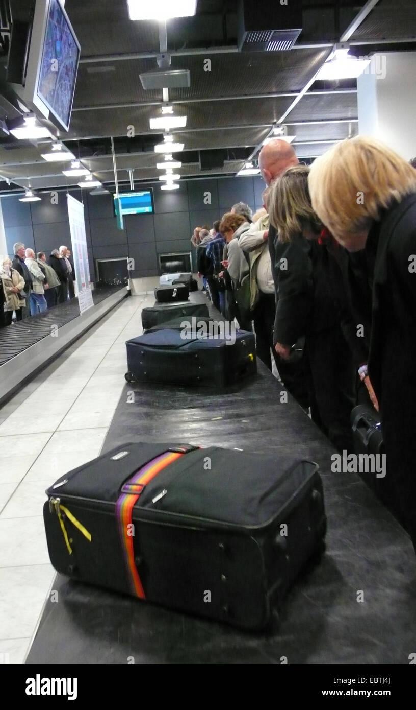 Menschen Sie warten an der Gepäckausgabe am Flughafen Stockbild