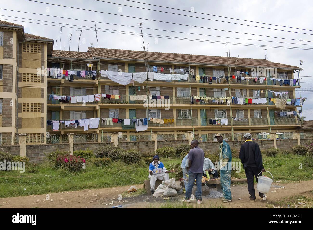 Gruppe von dunkelhäutigen jungen Männern vor Mehrfamilienhaus, Kenia, Nairobi Stockbild