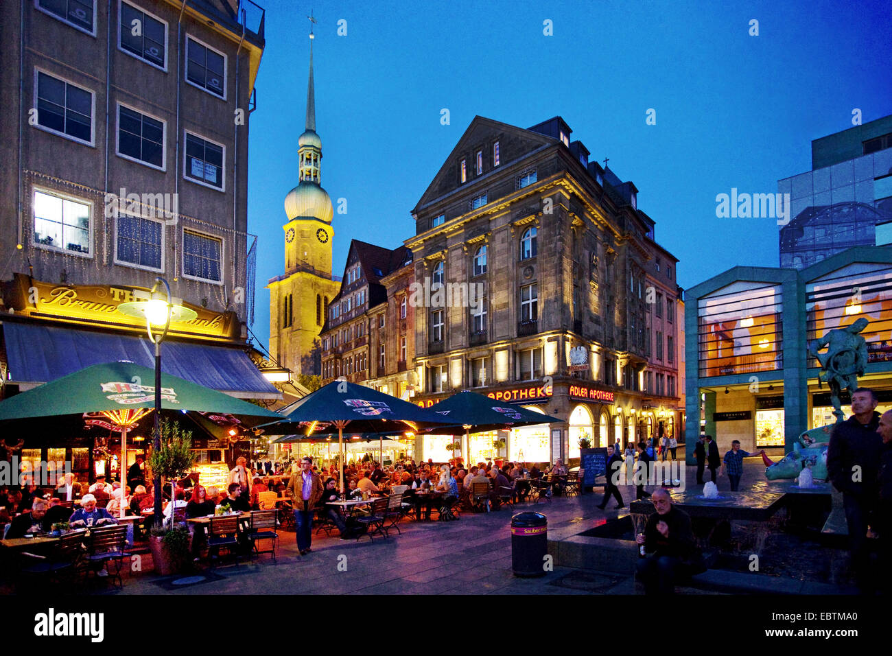 menschen am alten markt mit reinoldi kirche zur blauen stunde dortmund ruhrgebiet nordrhein. Black Bedroom Furniture Sets. Home Design Ideas