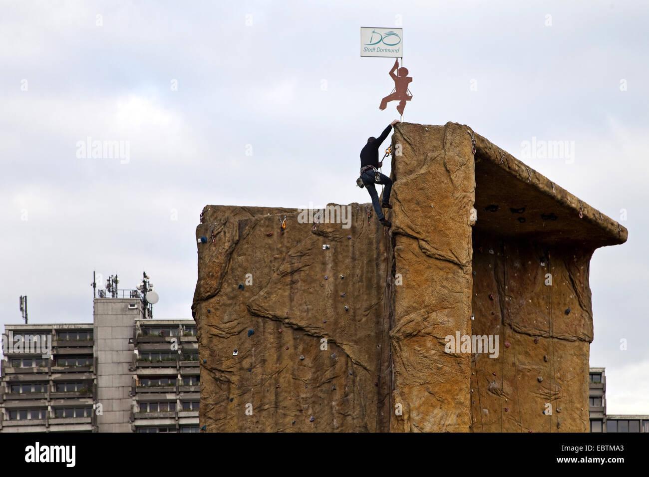 Kletterausrüstung Dortmund : Kletterer an einem künstlichen kletterturm in dortmund dorstfeld vor