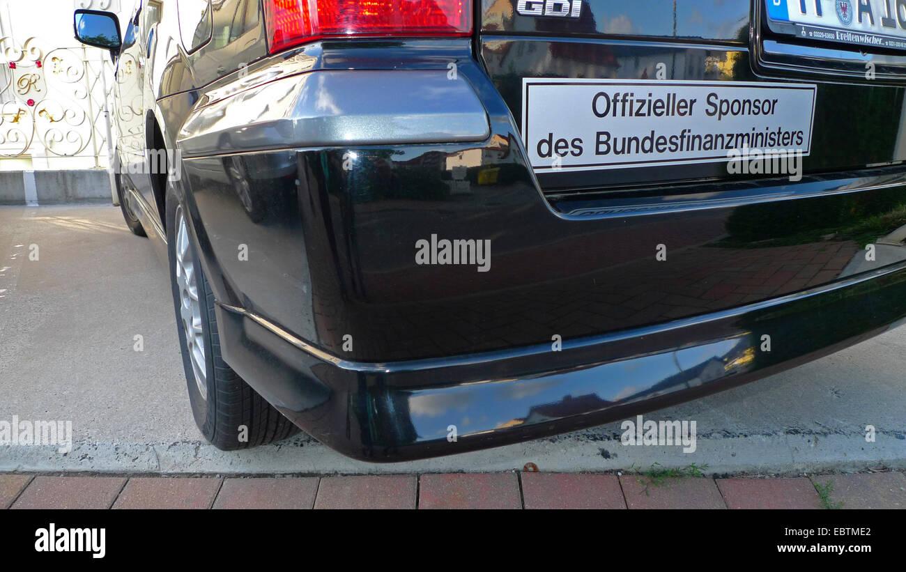 """Aufkleber auf einem Auto mit der Aufschrift """"Offizieller Sponsor des Bundesfinanzministers, offizieller Sponsor Stockbild"""