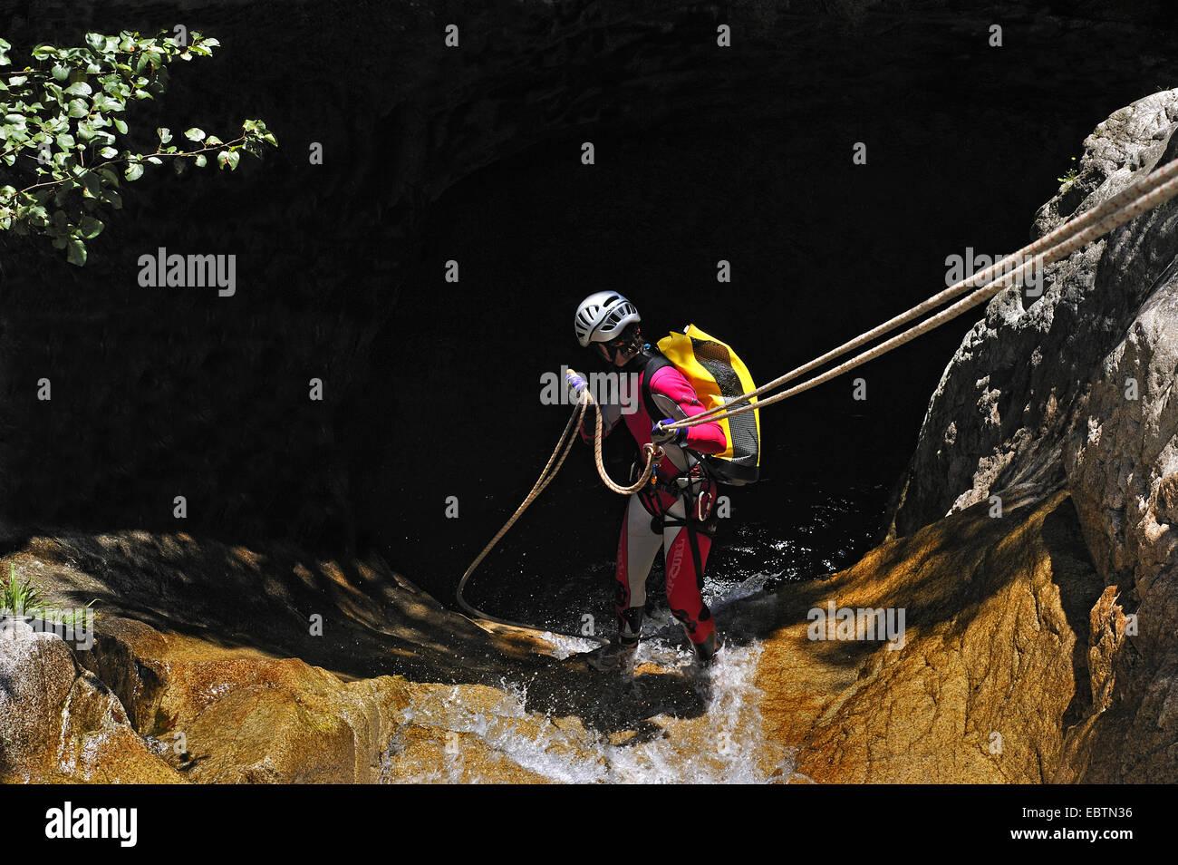 Ct Kletterausrüstung : Frau in den wasserfall der schlucht la corte richiusa frankreich