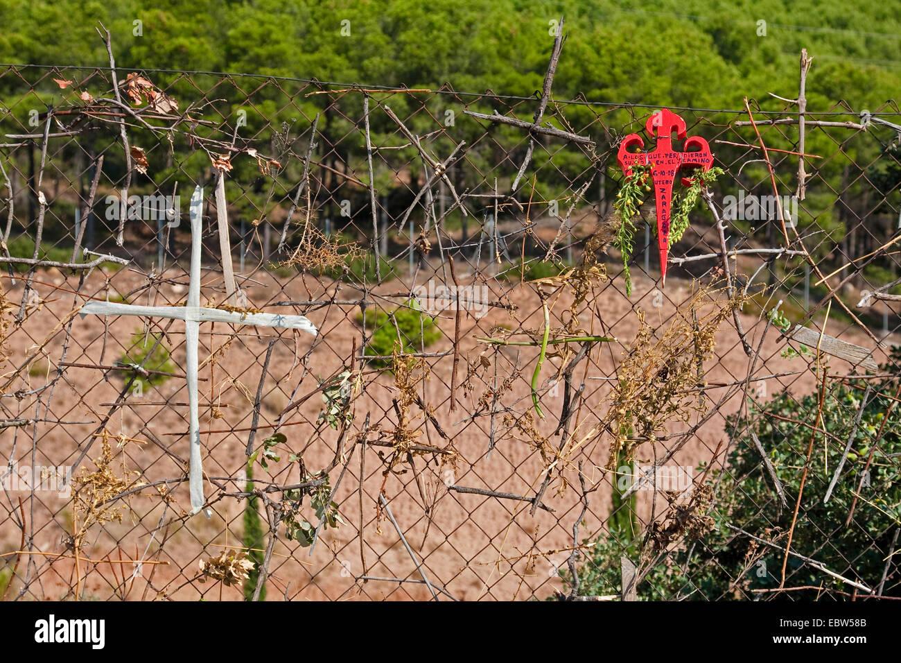 Kreuze ein Netz geflochten Draht Zaun am Jakobsweg zwischen Logro o ...