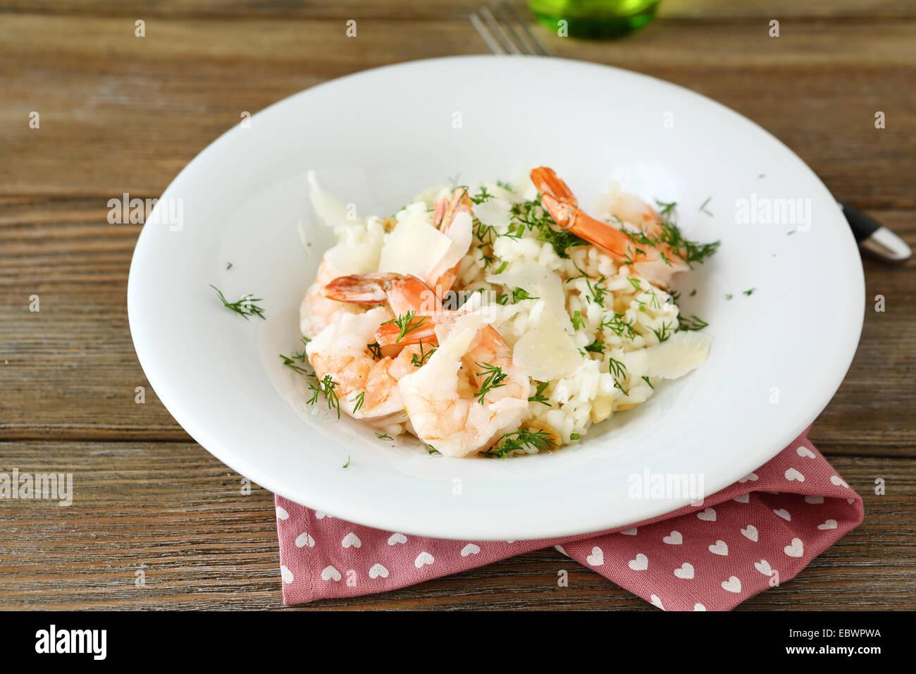 Reis mit Garnelen und Dill auf einem Teller, nahrhaftes Essen Stockbild